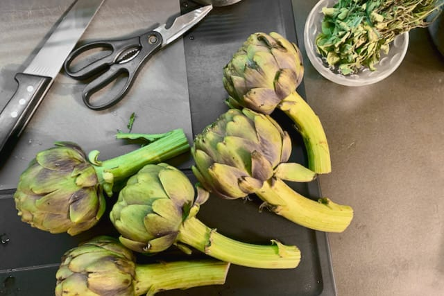 Cleaning the artichokes takes the most of the time in the whole process but once you know how to do, it is easy.