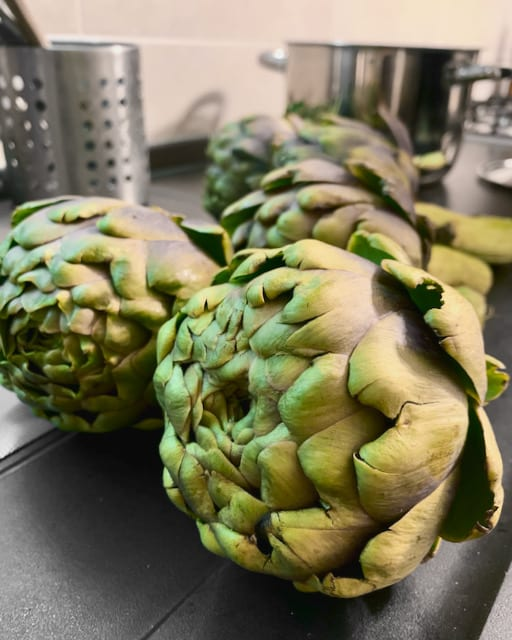 Artichokes are very healthy vegetable, low in fat, but rich in nutrition, fiber, and minerals and it is considered as a good source of antioxidants too.